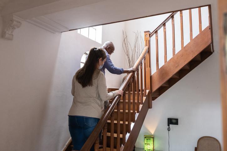 زمان استخدام مراقب در منزل رسیده است؟ 3 نکته مهم برای کمک